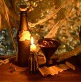 Hexengetränk mit brennender Kerze in der Dunkelheit Lizenzfreies Stockbild