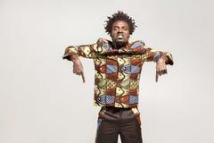 Hey! Kijk neer, nu! Boze Afrikaanse dictator die vingers richten Stock Foto