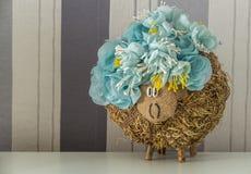 Hey pecore in corona dei fiori blu Fotografia Stock Libera da Diritti