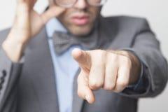 Hey voi! Ritratto di un uomo d'affari che indica voi Langu del corpo Fotografie Stock Libere da Diritti