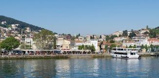 Heybeliada海岛看法从海的有避暑别墅的在马尔马拉海,在伊斯坦布尔附近,土耳其 库存照片