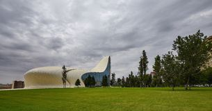 Heydar Aliyev Center em Baku, dia nebuloso Foto de Stock