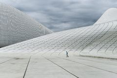 Heydar Aliyev Center em Baku, tempo nebuloso Imagens de Stock Royalty Free