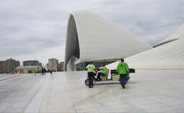 Heydar Aliyev Center em Baku, trabalhadores no trabalho Fotografia de Stock Royalty Free