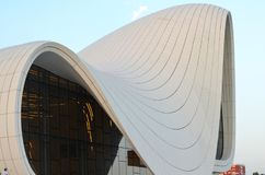 Heydar Aliyev Center en arkitektonisk gränsmärke i Baku royaltyfri fotografi