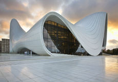 Heydar Aliyev Center i Baku _ royaltyfri bild