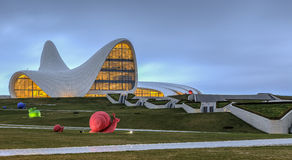 Heydar Aliyev Center i Baku _ royaltyfri foto