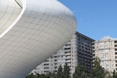 Heydar Aliyev Center sikt Baku Azerbaijan Royaltyfria Foton