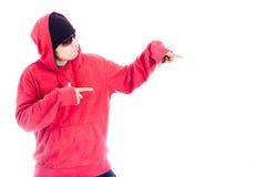 Höftflygturman i rött hoody peka Royaltyfria Bilder
