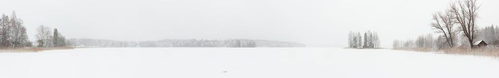 Häftig snöstormvinterlandskap på den djupfrysta sjön Arkivbild