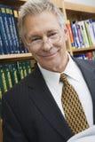 Hög affärsman In Library Royaltyfri Fotografi