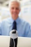 Hög affärsman som använder skype Fotografering för Bildbyråer