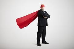 Hög affärsman som kläs som en superhero Arkivfoton