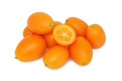 Hög av (isolerade) mogna kumquats, Royaltyfri Fotografi