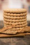 Hög av läckra vaniljkakor som förbi omges Arkivbild