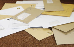 Hög av post på dörrmattan Arkivbilder