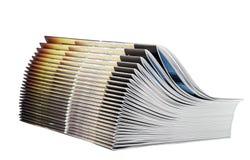 Hög av tidskrifter som isoleras på vit bakgrund Arkivbilder