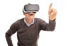 Hög gentleman som erfar virtuell verklighet Arkivfoton