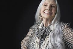 Hög kvinna med långa Gray Hair Smiling Royaltyfri Fotografi