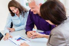 Hög kvinna och man på den finansiella planläggningen för avgång Fotografering för Bildbyråer