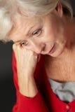 Hög kvinna som lider från fördjupning Arkivfoton