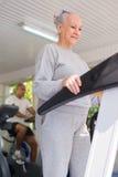 Hög kvinna som övar i wellnessklubba Arkivfoto
