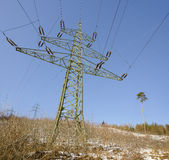 hög-spänning överföringslinje med elektricitetspyloner Royaltyfria Foton