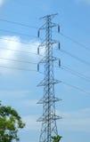 Hög spänningsstolpe eller maktöverföringslinje torn och blå himmel Royaltyfri Fotografi