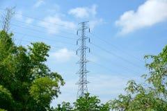 Hög spänningsstolpe eller maktöverföringslinje torn och blå himmel Arkivbild