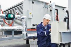 Hög vuxen elektrikerteknikerarbetare Royaltyfria Foton