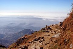 höga himalayan india kangraroutes som trekking Royaltyfri Bild