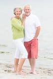 Höga par på stranden Fotografering för Bildbyråer