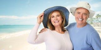 Höga par på stranden Arkivfoton