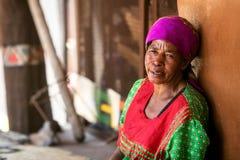 Höga söder - den afrikanska stam- kvinnan vilar Royaltyfri Foto