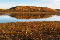 Hügel reflektiert im See Stockfotos
