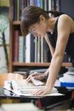 Högskolestudent Researching In Library Royaltyfri Fotografi
