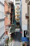 Högstämd sikt av den typiska gatan i central Aten, Grekland Royaltyfri Fotografi