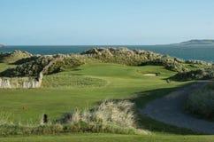 Högstämt hål för golf för sammanlänkningsmedeltal 3 med den stora sanddyn och havhorisonten Royaltyfri Bild
