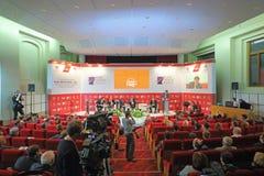 Högtalare och lyssnare på internationell kongressvägtrafik Ryssland Arkivfoto