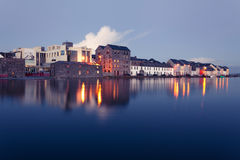 Högvatten på floden i Galway Arkivfoton