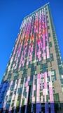Högväxt färgglad byggnad i london Arkivbild