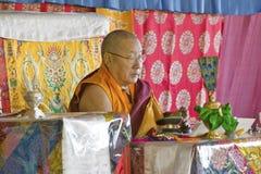 HH Penor Rinpoche, chef suprême Tibétain-né de bouddhisme de Nyingmapa, préside au-dessus de l'habilitation d'Amitabha au bâti de Photos stock