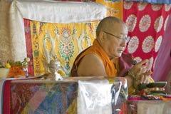 HH Penor Rinpoche, chef suprême Tibétain-né de bouddhisme de Nyingmapa, préside au-dessus de l'habilitation d'Amitabha au bâti de Images stock