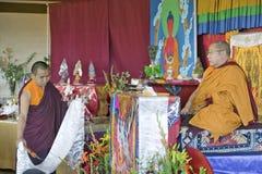 HH Penor Rinpoche med Umzeh (som använder rökelse för att rena) under Amitabha bemyndigande på meditationmonteringen i Ojai, CA royaltyfria bilder