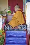 HH Penor Rinpoche, Tibetan-uthärdat suveränt huvud av Nyingmapa buddism, är ordförande över Amitabha bemyndigande på meditationmo royaltyfria foton