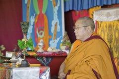 HH Penor Rinpoche, Tibetan-uthärdat suveränt huvud av Nyingmapa buddism, är ordförande över Amitabha bemyndigande på meditationmo arkivbilder