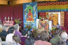 HH Penor Rinpoche, Tibetan-uthärdat suveränt huvud av Nyingmapa buddism, är ordförande över Amitabha bemyndigande på meditationmo royaltyfri foto