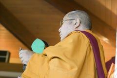 HH Penor Rinpoche, Tibetan-uthärdat suveränt huvud av Nyingmapa buddism, är ordförande över Amitabha bemyndigande på meditationmo arkivfoton