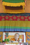 HH Penor Rinpoche, Tibetan-uthärdat suveränt huvud av Nyingmapa buddism, är ordförande över Amitabha bemyndigande på meditationmo arkivfoto