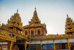 有金子的美丽的寺庙在一个小镇Hha-an 缅甸 缅甸 库存照片